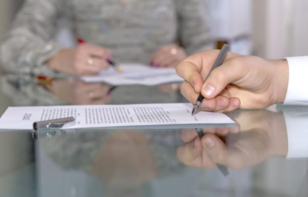 Узнайте стоимость составления и заверения завещания у нотариуса на квартиру и иное имущество, а также какие нужны документы